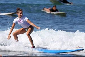 http://img263.imagevenue.com/loc477/th_746309121_45343_ashley_tisdale_surfing_in_hawaii_on_december1_122_477lo.jpg