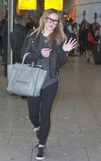 http://img263.imagevenue.com/loc569/th_467539789_Hilary_Duff_arrives_at_Heathrow_Airport3_122_569lo.jpg